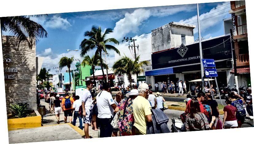 Hàng tấn khách du lịch tại Isla Mujeres.