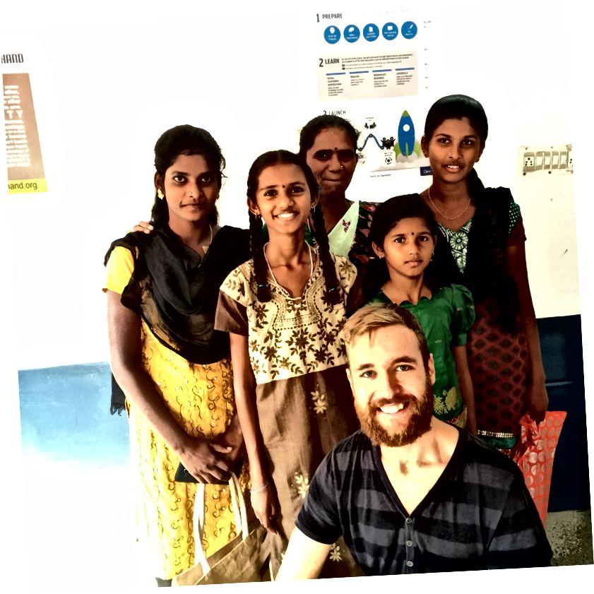 Bana yardım ettiğim Beceri Geliştirme Merkezi'ndeki öğrencilerle birlikte.