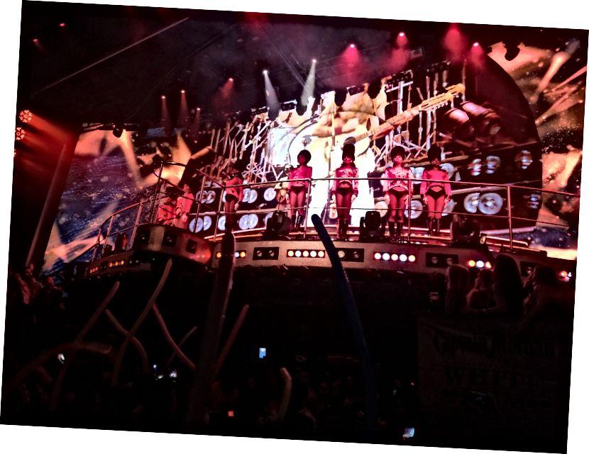 Las Vegas tarzı şovlara ev sahipliği yapan Coco Bongo'da bir gece kulübüyle harmanlanmış bir performans.