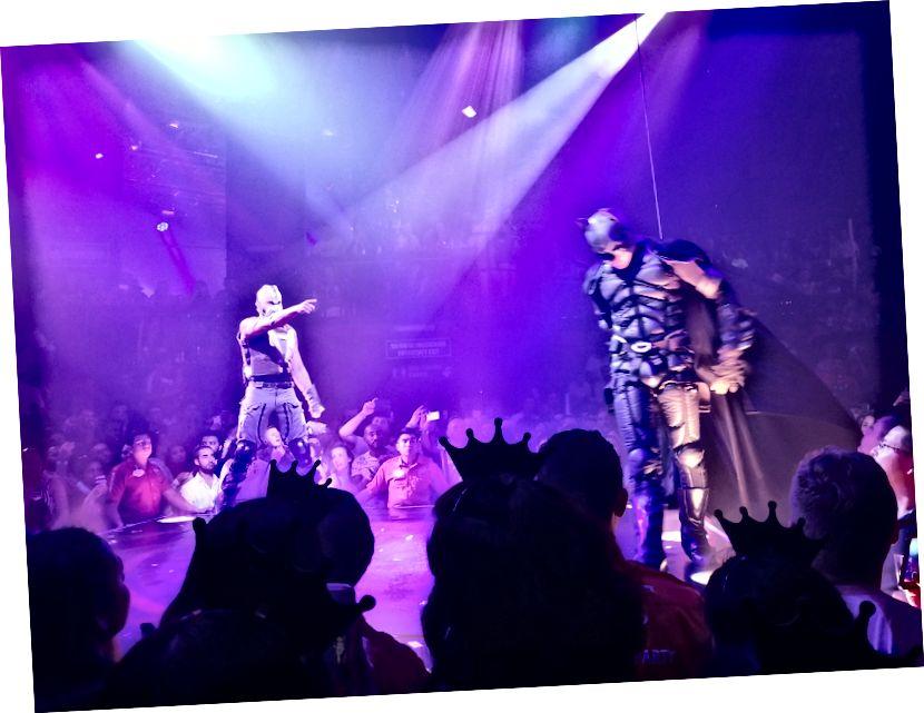 Batman ve Coco Bongo'daki kötü adam arasında dramatik bir kavga sahnesi. Gece, bunlar gibi akrobatik setler ve kulüp benzeri dans arasında değişiyordu.