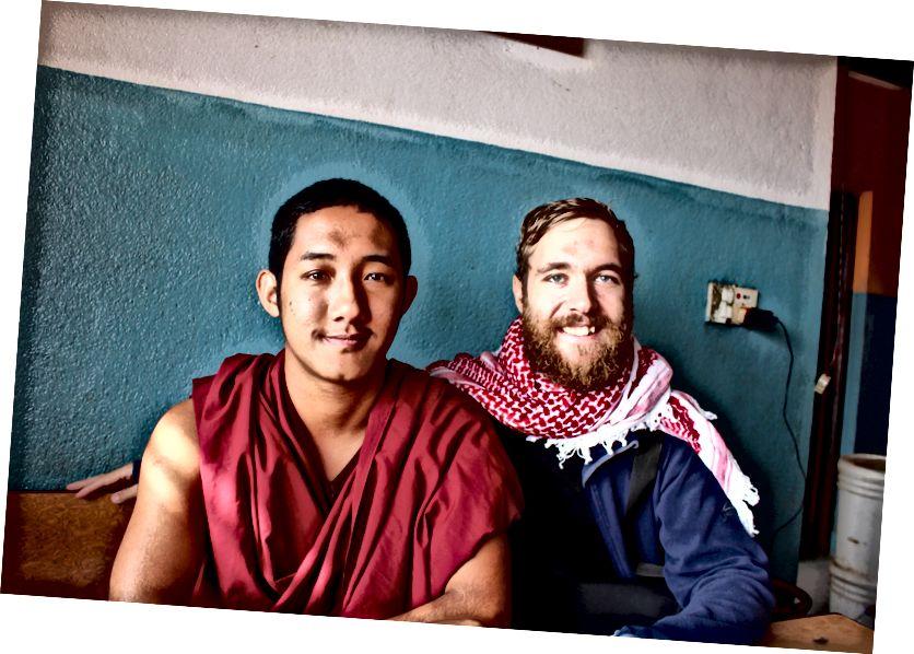 Bir doktor rahip ile 2 saat süren sohbet Nepal'de kahve yerken rastgele tanıştım. Video oyunları, futbol / futbol oynamayı sevdiği ortaya çıkıyor ve evet, Facebook'ta ilerleyin!