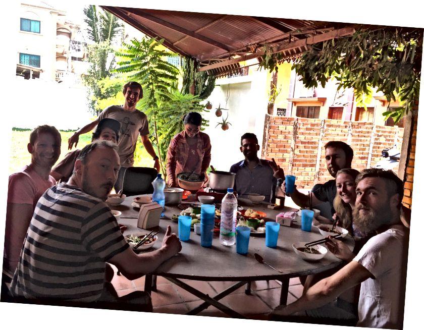 Siem Reap, Kamboçya AngkorHUB coworking / coliving alan aile tarzı akşam yemeği. Dünyadaki en sevdiğim çalışma alanlarından biri. Oraya tekrar uzun bir süre gittim. Workaway.info aracılığıyla Jeff Laflamme'ye yardım etmeye gönüllü olduk