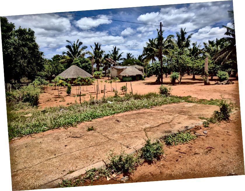 Типова сцена збоку від головного шосе, що проходить через Мозамбік.