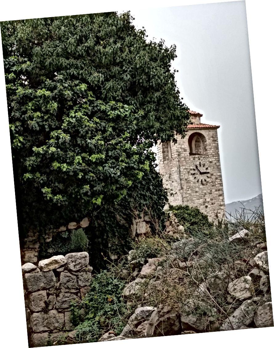 Нещодавно реконструйована башта серед купив скель та щебенів.