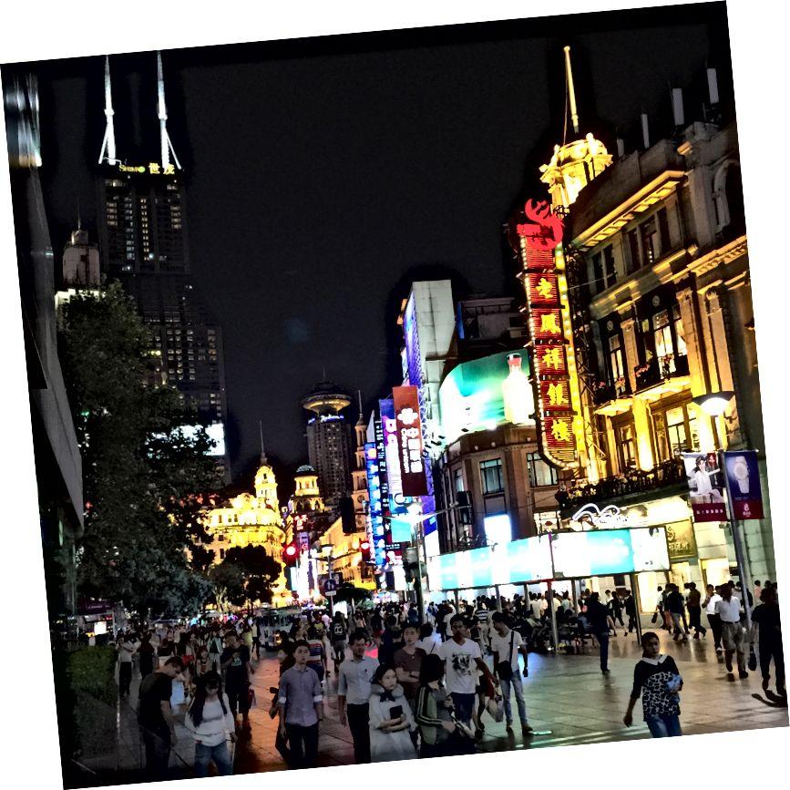 (Tất cả các bức ảnh là của tôi trừ khi có ghi chú khác.) Đây là đường Nam Kinh ở Thượng Hải.