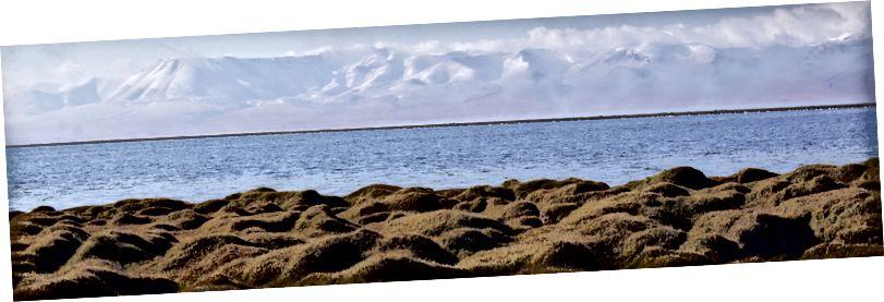 Ala-too Dağları diaphanous ile Lake Song Kol üzerinde şafak.