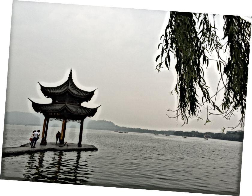 Lượt xem trong và xung quanh Hàng Châu, bao gồm Đền Lingyin (Phía trên bên phải) và Moonfansion (Phía trên bên trái)