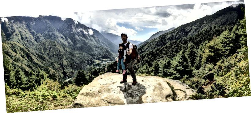 Chow nhỏ và tôi với Thung lũng Khumbu phía sau chúng tôi.