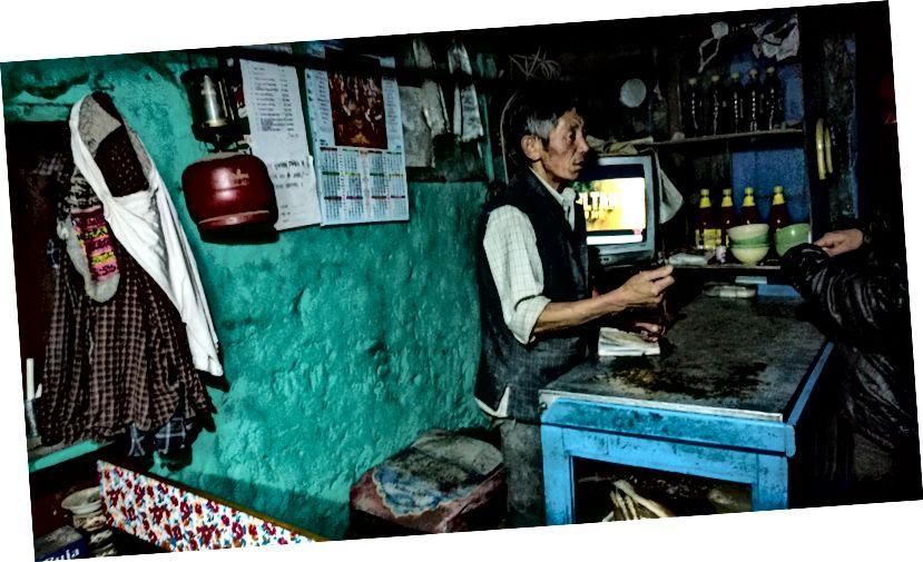 Љубазни господин из Цхоцхо Дхабе који нас је дочекао добром храном и Цххаангом
