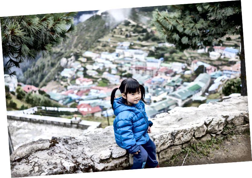 Little Chow tại Namche Bazaar, một trong những ngôi làng dàn dựng cho nhiều cuộc thám hiểm Everest.