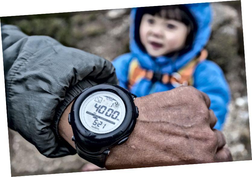 Chúng tôi đi lên một ngọn đồi ở Pangboche cho đến khi nó nói 4000m trên đồng hồ.