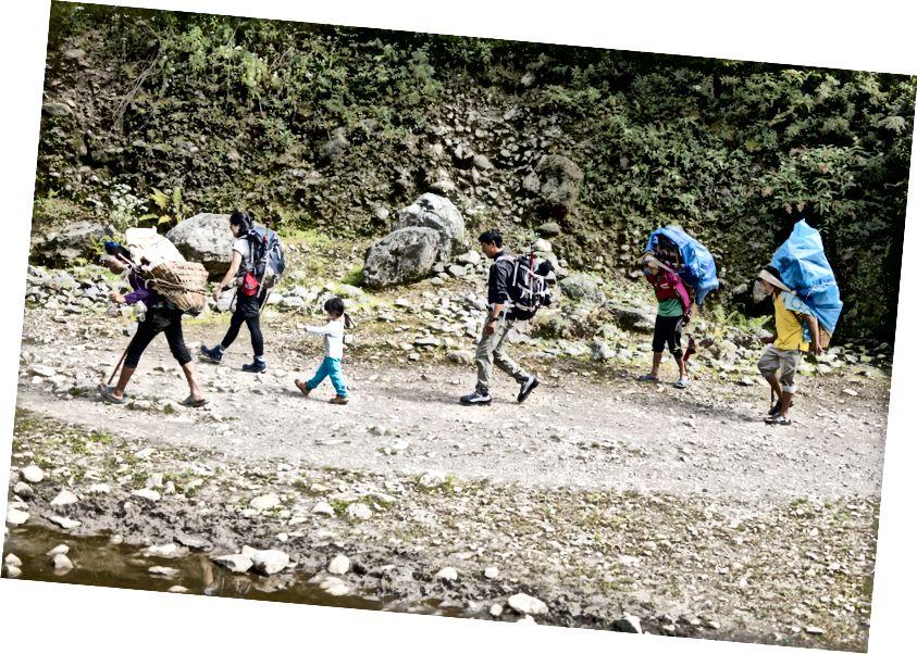 Đi bộ trong Thung lũng Khumbu, bên những người khuân vác có tải trọng lên tới 60kg. Những người khuân vác kiếm được từ 10 - 15 đô la mỗi ngày mang theo những thứ điên rồ.