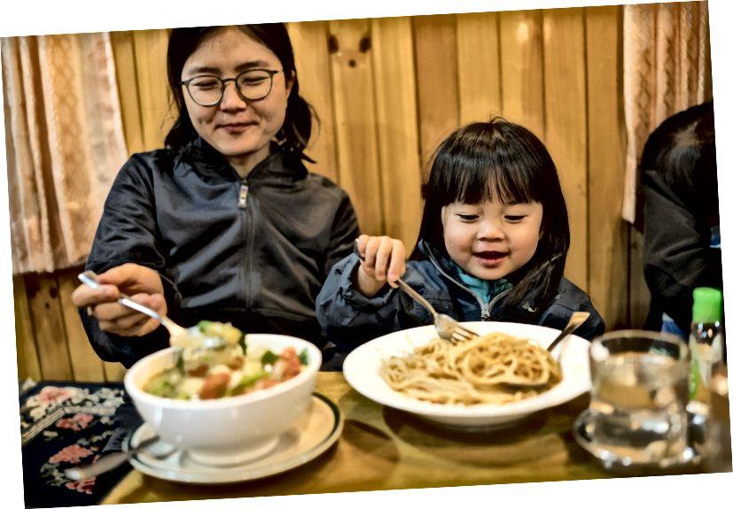 Little Chow yêu thích chế độ ăn kiêng chống Atkins của mình và ăn mọi bữa ăn với nhiều tâm huyết.