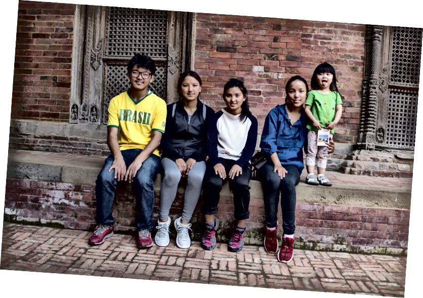Chow nhỏ với những đứa trẻ Sherpa. Kama (thứ ba từ trái sang) bằng tuổi với Chow Chow khi tôi nhìn thấy cô ấy lần cuối.