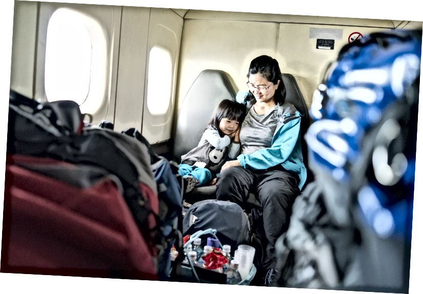 Trên một chiếc máy bay cánh quạt giữa Lukla và Kathmandu. Vâng, hành lý được xếp chồng lên nhau theo nghĩa đen.