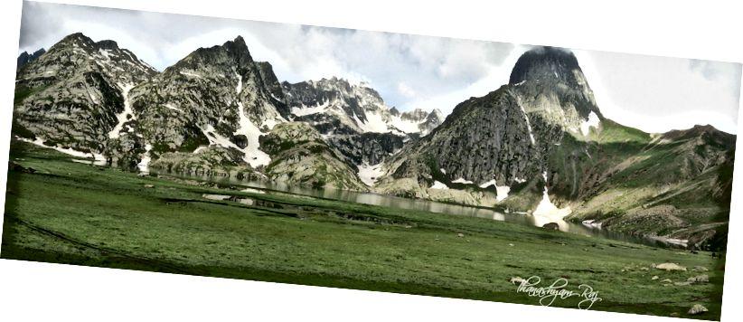 Озеро Кішансар безпосередньо перед тим, як ми починаємо підніматися до переходу. Знайдіть моїх котрекерів у правому кінці картинки, щоб зрозуміти масштаб.