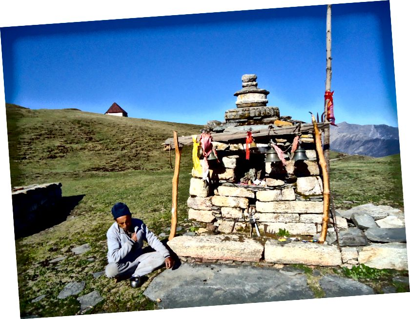 Біш, пропонуючи молитви та співи до святині богині Парваті в Бедні Бугялі.