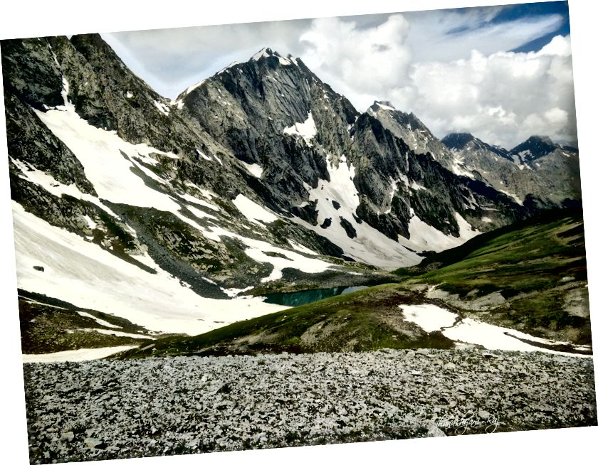 Луки та озеро, що живиться снігом, коли ми спускаємося вниз через перевал Гадсар