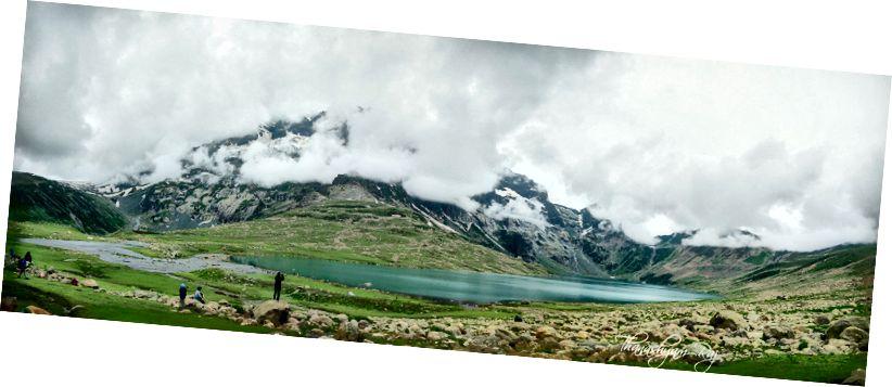 Озеро Нандколь з обличчям Гармуха, прихованим хмарами