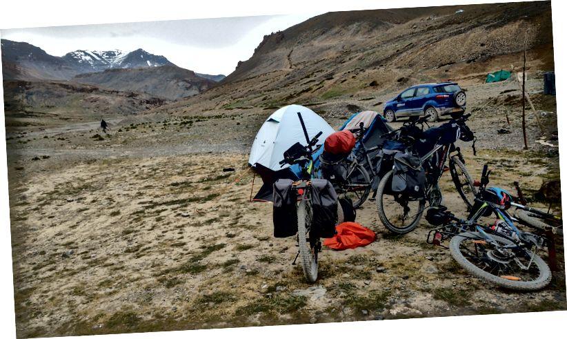Шатор за храну (Л) и наш камп и бицикли (Р)