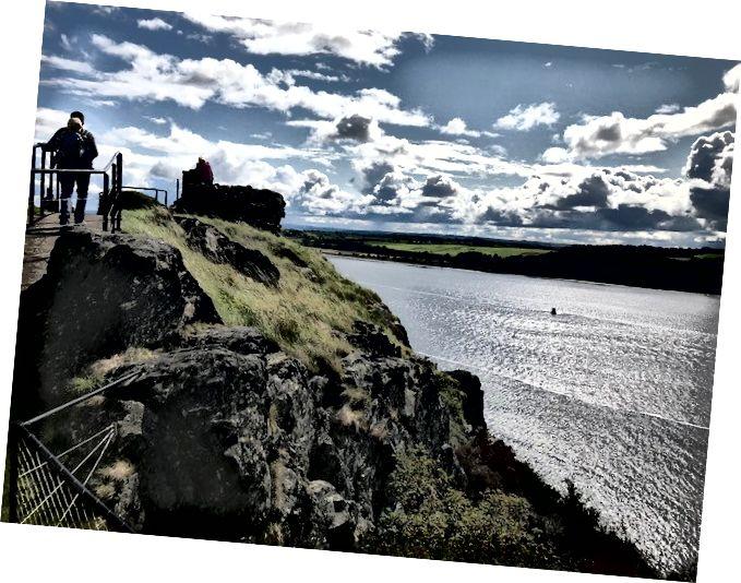 На вершині однієї з вершин скелі Замок Дамбартон, з видом на могутній Клайд