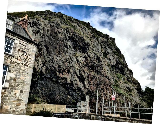 Одна з двох великих скель у Дамбартоні