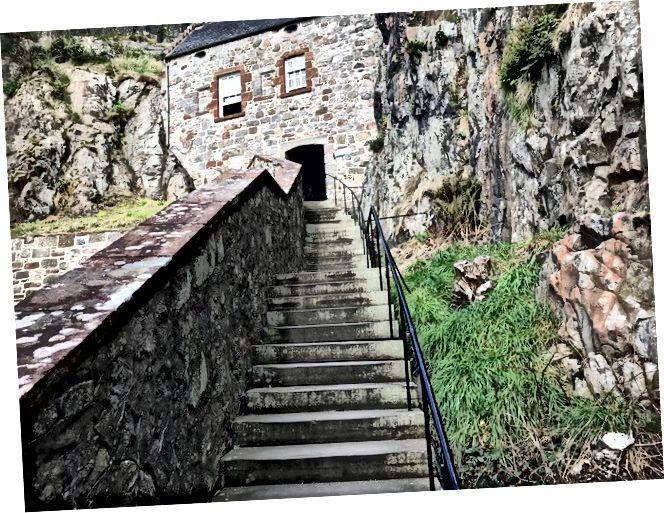 Близько третини шляху вгору скелі