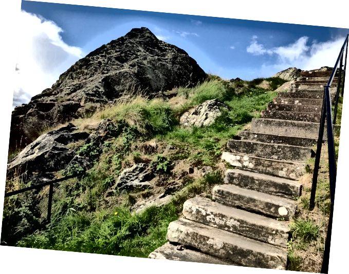 Досягаючи вершини однієї скелі, дивлячись на іншу