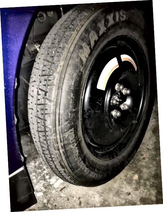 Запасна шина. Я сфотографував, поки моя машина була в моєму гаражі, тож я мав би фотографію додати до цієї історії.
