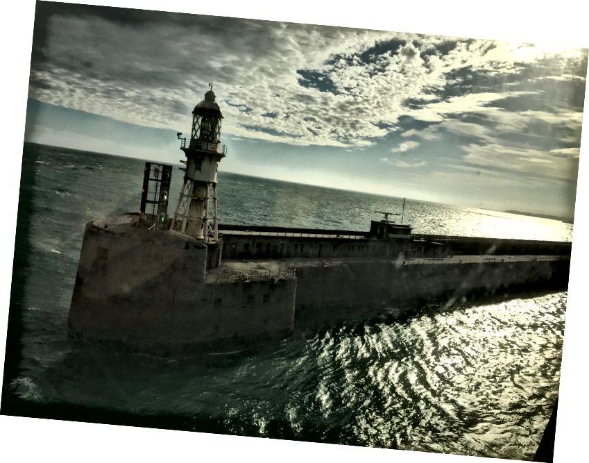 Маяк Дувра, як видно, дивлячись на нашу Кабінну Портову Дірку, коли ми пливли в море з Дувера.