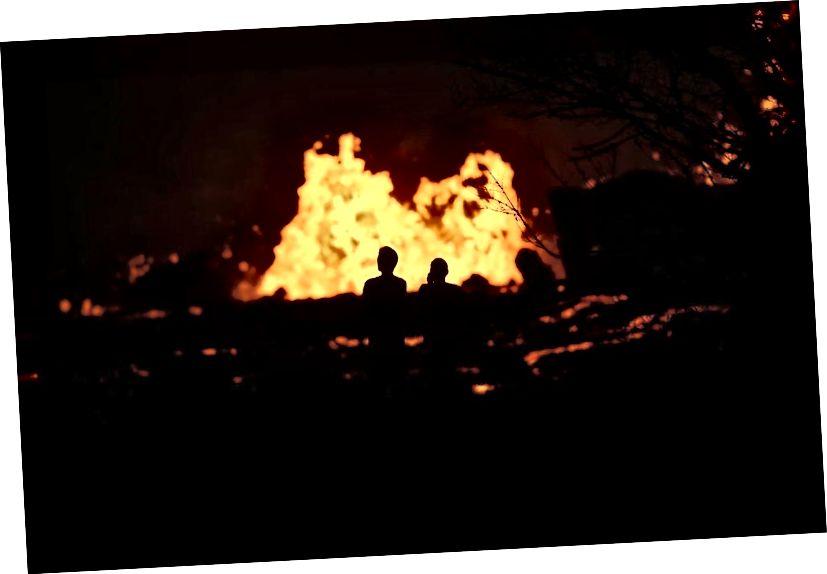 İnsanlar Hawaii'nin Big Island'daki Leilani Estates'teki Kilauea yanardağ fissüründen 24 Mayıs 2018'de Pahoa, Hawaii'de lav patlamasıyla seyrediyorlar. Saniyede tahmini 40-60 feet küp lav, Leilani Estates'teki volkanik çatlaklardan fışkırıyor. (Mario Tama / Getty Images)