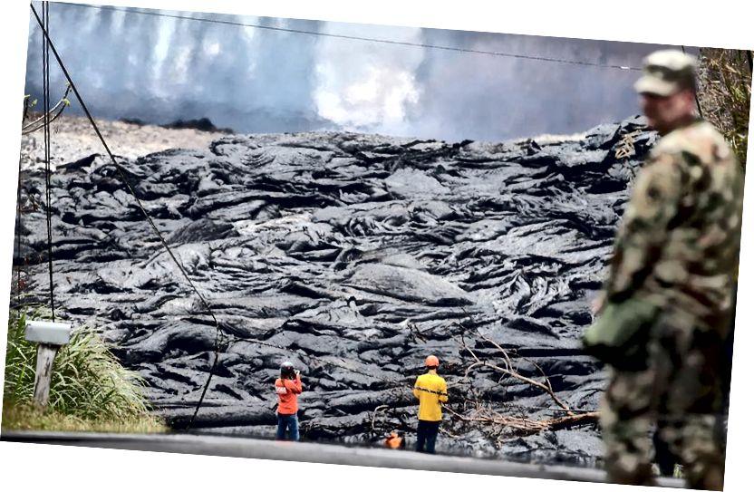 USGS çalışanları, 24 Mayıs 2018'de Hawaii'nin Pahoa kentindeki Hawaii'nin Büyük Adasında Leilani Estates'teki Kīlauea yanardağ çatlaklarından lavları gözlemliyor. (Mario Tama / Getty Images)