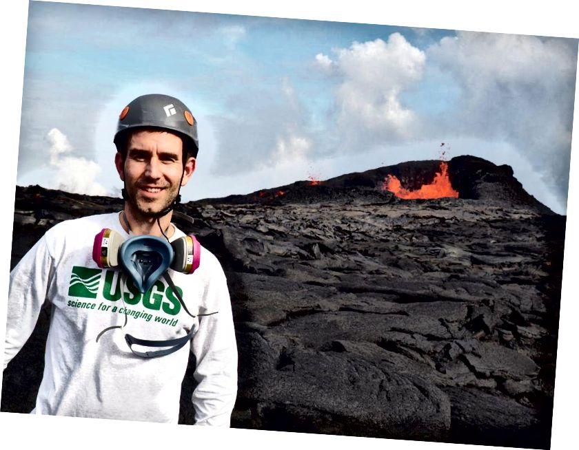 Nhà địa vật lý Brian Shiro của USGS, trước một trong những khe nứt hoạt động trên Đảo Lớn của Hawaii. (Brian Shiro)