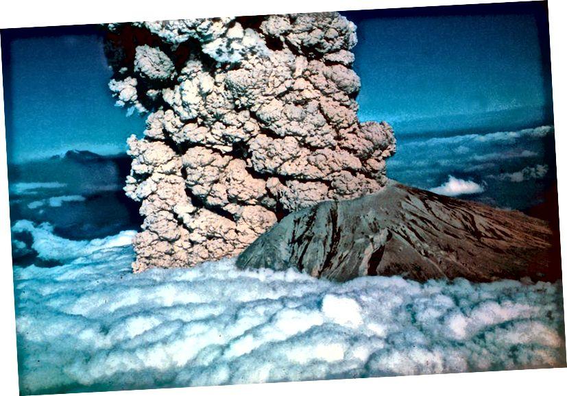 1980'de Amerika Birleşik Devletleri'nde Washington eyaletinde bulunan bir volkan olan St Helens Dağı'nda büyük bir volkanik patlama meydana geldi. (Evrensel Tarih Arşivi / Getty görüntüleri ile UIG)