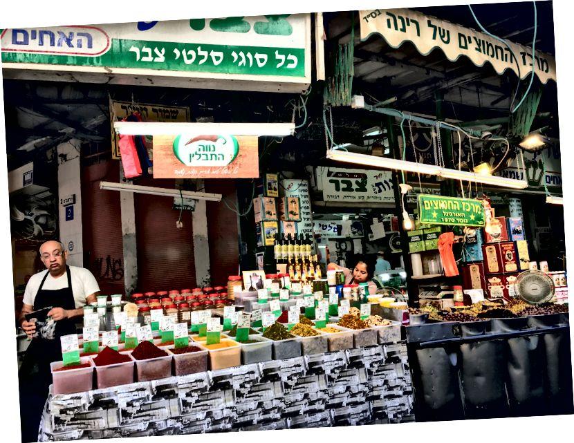 Перекусити нескінченними продуктами всередині ринку Carmel.