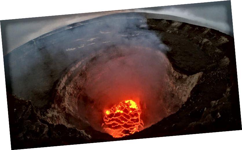 Trong bức ảnh này do Cơ quan Khảo sát Địa chất Hoa Kỳ cung cấp, hồ dung nham trên đỉnh được báo cáo đã giảm xuống sau khi núi lửa Kīlauea của Hawaii phun trào vào ngày 6 tháng 5 năm 2018 gần Pāhoa, Hawaii. Sau khi điều này xảy ra, hơn 1.700 cư dân đã được sơ tán. (Khảo sát địa chất Hoa Kỳ qua hình ảnh Getty)