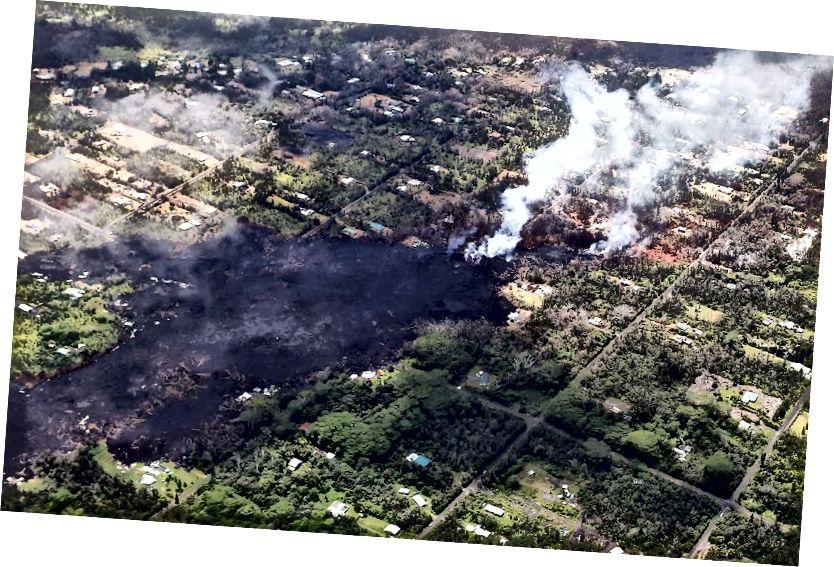 Leilani Estates mahallesinde lavlar soğurken, Hawaii'nin Büyük Adası'ndaki Kīlauea yanardağından lav akarken duman ve volkanik gazlar yükseliyor. Volkanik patlamalardan gaz, duman ve toz içeren bir sis veya duman olan Vog, patlamalardan Hawaii'deki diğer adalara yayılabilir. (Mario Tama / Getty Images)