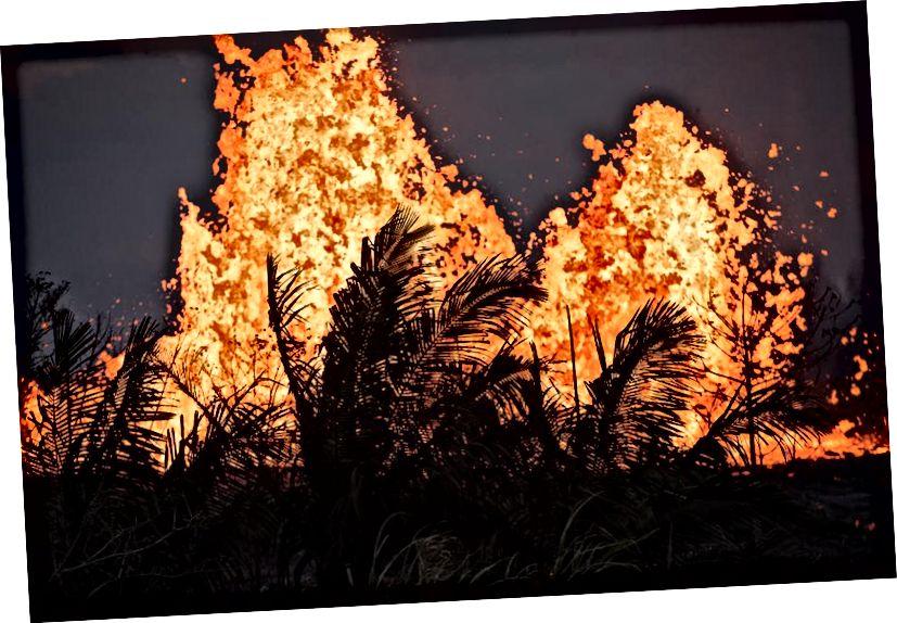 Lava phun ra ở Khu vực Rift Đông của Kīlauea vào ngày 23 tháng 5 năm 2018 tại Pahoa, Hawaii, giữa những vụ phun trào từ núi lửa Kīlauea. Các nhà khoa học tin rằng hoạt động của núi lửa có thể là tiền thân của một vụ phun trào lớn, tương tự như hoạt động xảy ra trên đảo vào giữa những năm 1920. (Hình ảnh Ronit Fahl / AFP / Getty)