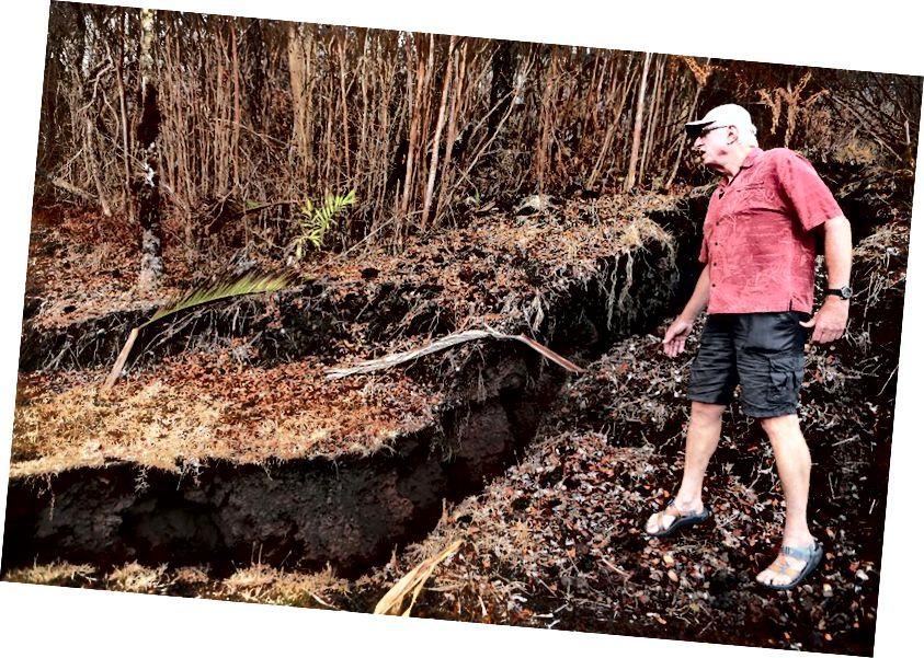 Cư dân Leilani Estates Bill Hubbard kiểm tra vết nứt từ khe nứt núi lửa Kīlauea trong khi kiểm tra tài sản của một người bạn, trên Đảo Lớn của Hawaii, vào ngày 26 tháng 5 năm 2018 tại Pahoa, Hawaii. Đảo Lớn, một trong tám hòn đảo chính tạo nên tiểu bang Hawaii, đang phải vật lộn với việc đặt khách du lịch sau khi núi lửa Kīlauea phun trào. (Hình ảnh Mario Tama / Getty)