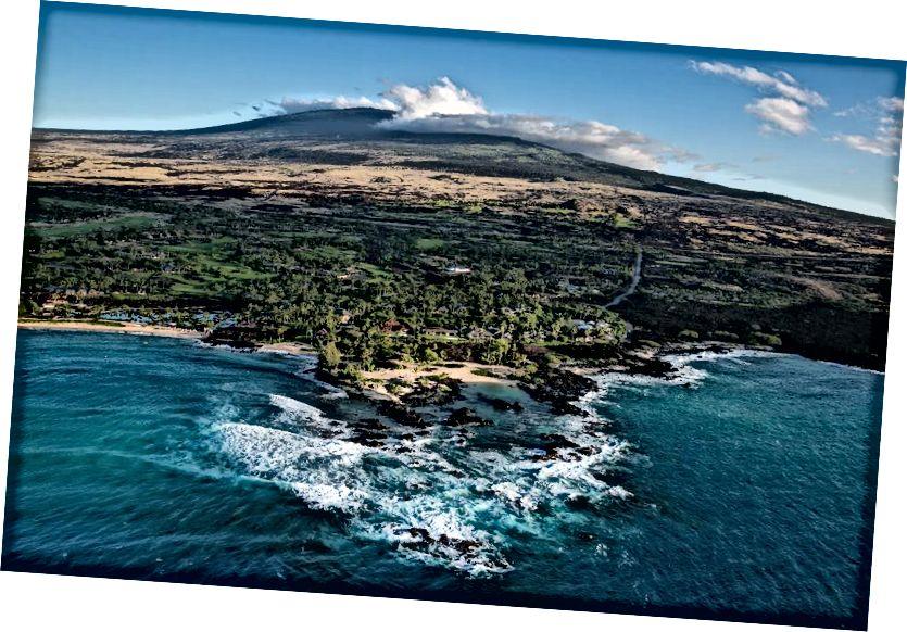 Các tòa nhà cao cấp phía trước đại dương và những ngôi nhà sang trọng được xây dựng ở rìa đại dương trên một dòng dung nham Mauna Loa cũ được xem vào ngày 16 tháng 12 năm 2016, trong bức ảnh chụp từ trên không này được chụp dọc theo Bờ biển Kona Kohala, Hawaii. (Hình ảnh George Rose / Getty)