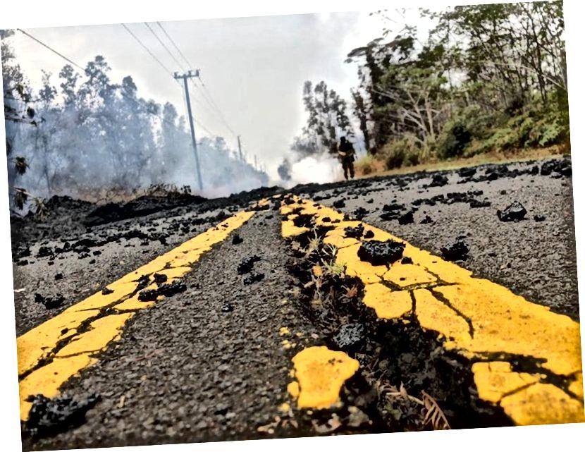 `` Lav bölgesinde '' hasarlı bir yol, 9 Mayıs 2018'de Hawaii'deki Big Island'daki Leilani Estates'te görülür. - Dünyanın en aktif volkanlarından biri ve adadaki beş volkandan biri olan Kīlauea, 3 Mayıs 2018'de patlamaya başladı. Güney kanadının altındaki 5 büyüklüğünde bir deprem, ilk patlamasından önce geldi ve ardından Mayıs ayında 6,9 büyüklüğünde bir deprem geldi. 4. O zamandan beri birkaç ciddi artçı sarsıntı meydana geldi. (Gianrigo Marletta / AFP / Getty Images)