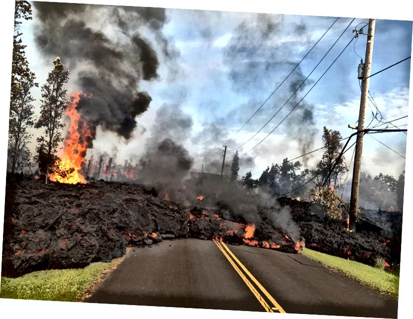 Dung nham chảy ra từ miệng núi lửa Kīlauea khi hàng chục công trình bị phá hủy do dòng dung nham thiêu đốt sau vụ phun trào núi lửa khổng lồ trên đảo Lớn của Hawaii, Hoa Kỳ vào ngày 5 tháng 5 năm 2018. Núi lửa Kīlauea của Hawaii phun trào vào đầu tháng Năm. tiếp tục làm rung chuyển hòn đảo khi đốt nham thạch đỏ như máu phun ra hàng trăm feet trong không khí từ các vết nứt trên mặt đất. Trận động đất mạnh nhất khi một cơn bão có cường độ 5,6 độ được theo dõi một giờ sau đó bởi trận động đất 6,9 độ, theo Khảo sát Địa chất Hoa Kỳ (USGS).