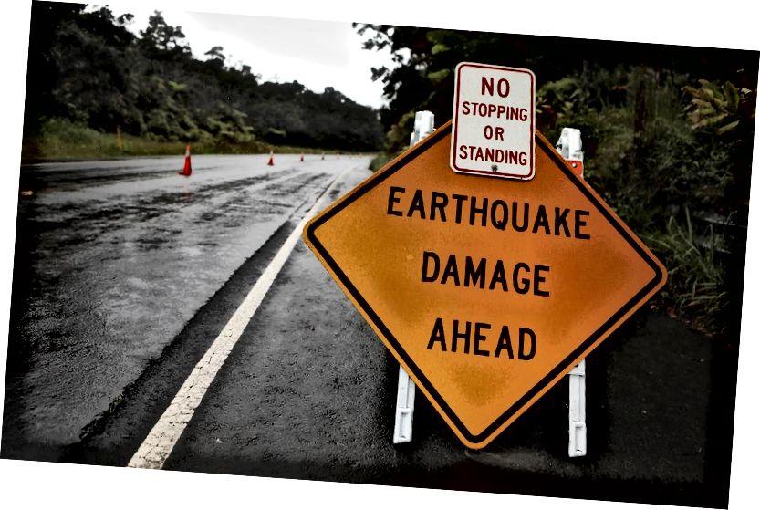 Hawaii'nin Volkanlar Milli Parkı, Hawaii'de 17 Mayıs 2018'de Hawaii'nin Büyük Adası'ndaki Kīlauea yanardağındaki sismik aktiviteden kaynaklanan deprem hasarının uyarısına işaret edildi. ABD Jeoloji Araştırması, yanardağın patlayarak patladığını ve gökyüzüne yaklaşık 30.000 feet mesafede bir tüy açtığını söyledi. (Mario Tama / Getty Images)