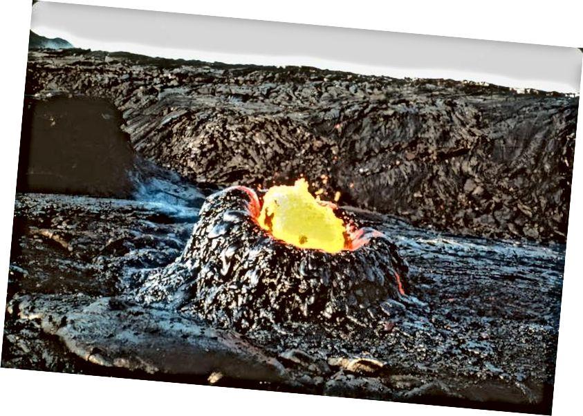 Halk dilinde 'lav yumurtaları' olarak bilinmesine rağmen, büyüyen lav lav bacaları daha doğru olarak hornitos veya driblet kuleleri olarak bilinir ve ne kadar yükselirlerse yükselsin içlerinde oyuk olacaktır. (USGS)