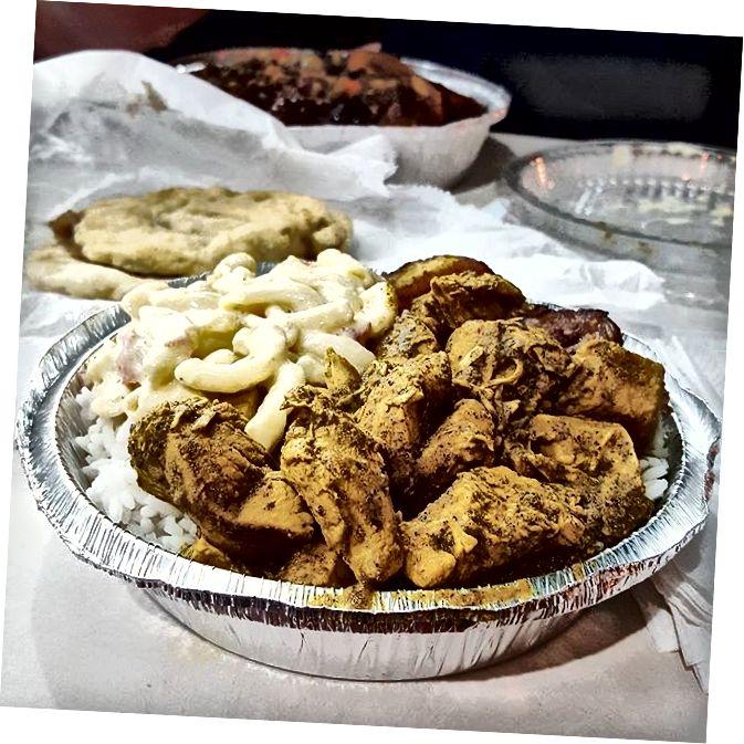 Cà ri gà, chuối chiên, salad mì ống, và đồ đôi tại Ẩm thực Caribbean của Gloria