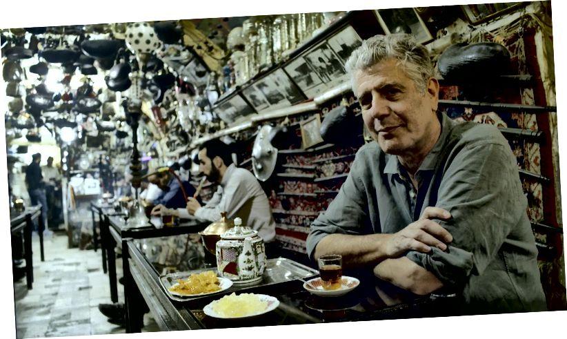 Ентоні Бурдейн у джерелі чайного будинку Azadegan