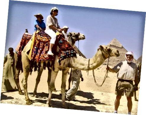 Tôi trên một con lạc đà ở Ai Cập với chồng tôi đang cầm sợi dây