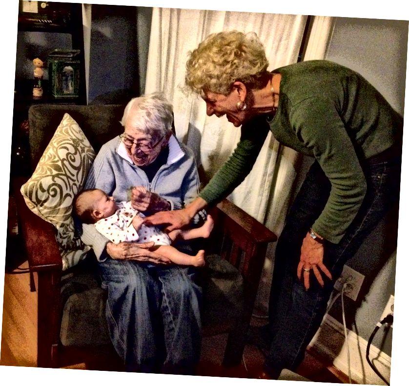 Бака, стара 100 година, која је отпутовала у Њујорк како би упознала своју прву велику бабу