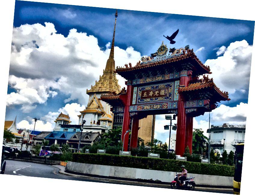 Арка святкування дня народження короля aka Chinatown Gate, Бангкок, Таїланд (Донна Кос)