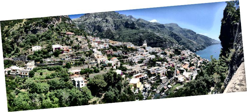 Casele care îmbrățișează stânci din Coasta Amalfi, Italia.